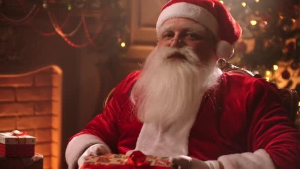 Közelkép a Mikulás hozott ajándékokat karácsonyra. Házi dekoráció. Téli ünnepek fogalma