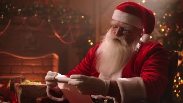 Kouzelná vánoční atmosféra Santa Claus složí pergamenový svitek a chystá se doručit dárky do svých domovů