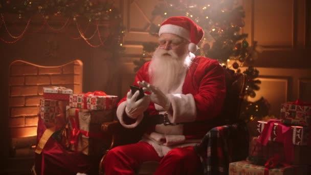 Santa Claus v magické atmosféře na Štědrý den převrátí přes sociální média krmení při hledání poslušných dětí pro dárky