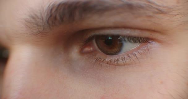 Oči vážného bělocha. Extrémní zblízka lidská oční duhovka.