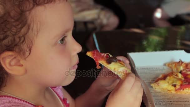 Kislány étkezési pizza, portré