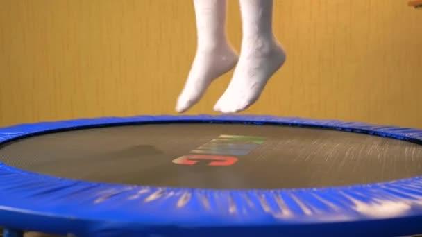 Mädchen in weißen Socken springt auf einem Trampolin, Nahaufnahme