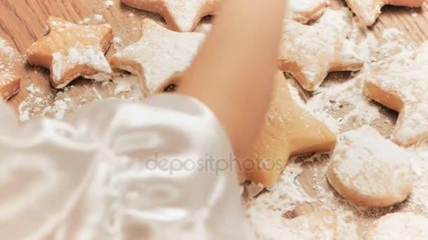 Holky dejte Kropiti s moučkový cukr cookie. Closeup. Pohled z vrcholu