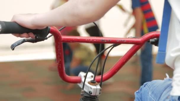 Kolo staré kolo na pozadí lidí. Closeup