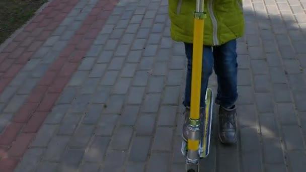 Dítě vlastní invenci. Stín na chodníku