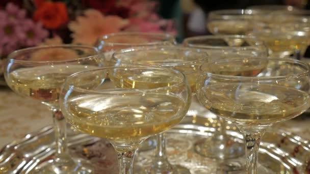 Molti bicchieri di champagne sul tavolo. Bere alcol.