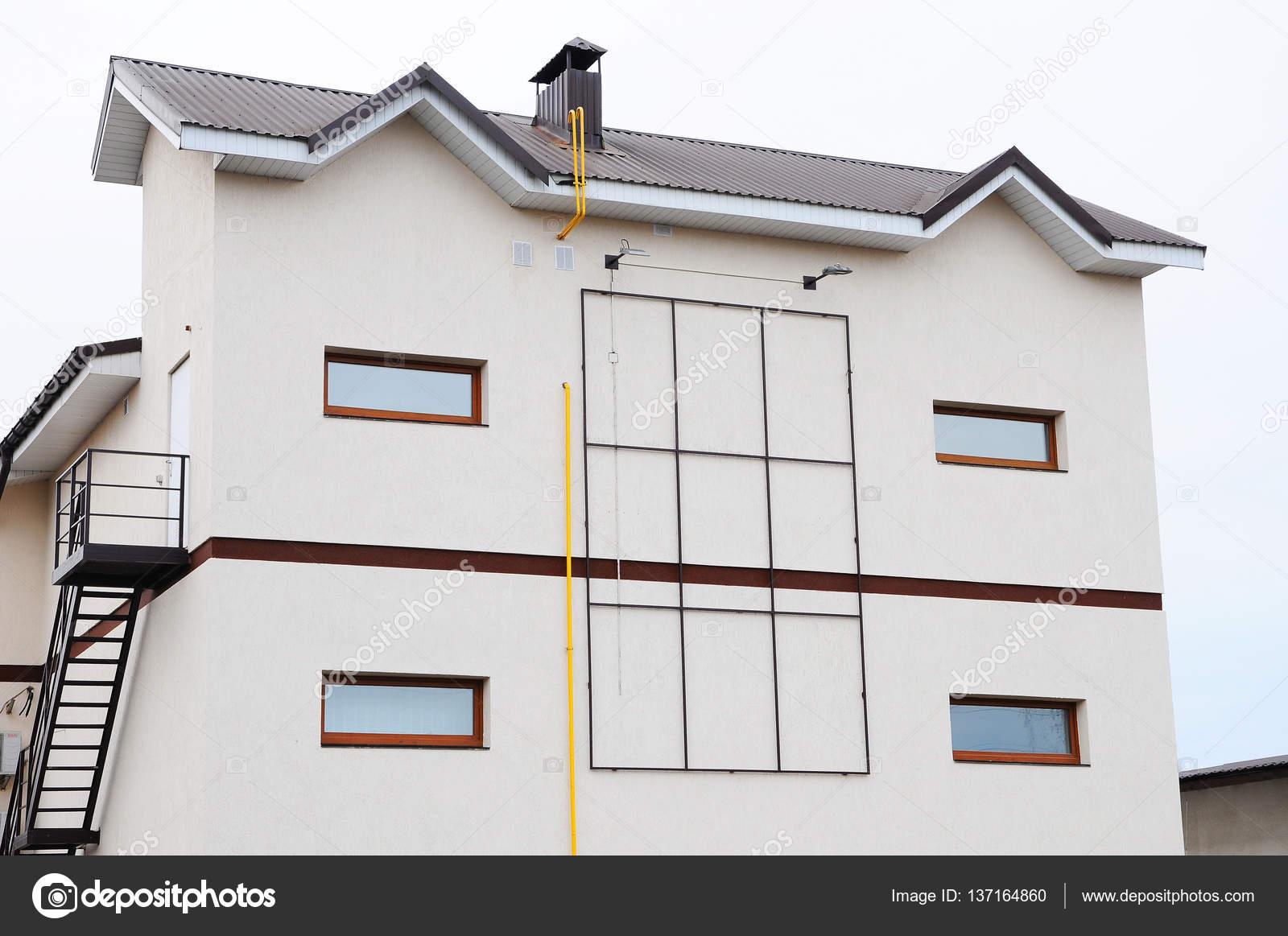 Immeuble moderne. cheminée sur le toit. Coaxial tuyau chauffage ...