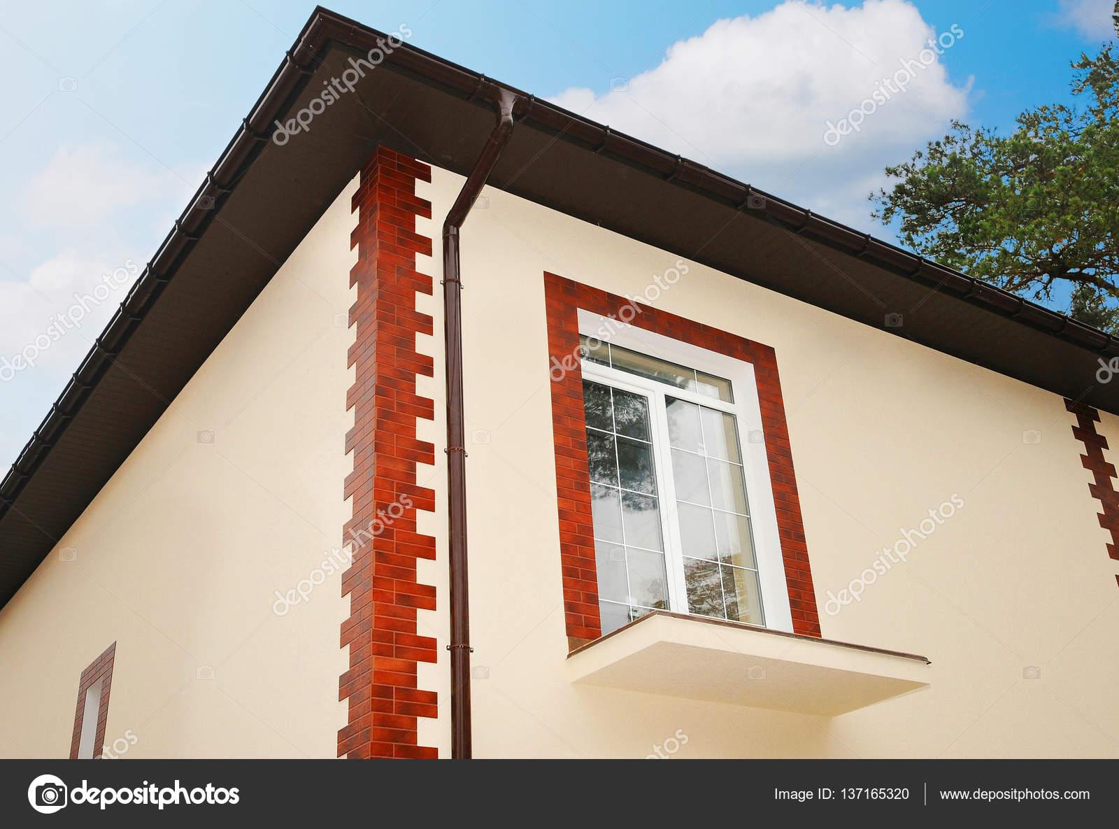 une nouvelle fen tre dans une maison neuve balcon inachev pl tre d coratif tuiles. Black Bedroom Furniture Sets. Home Design Ideas
