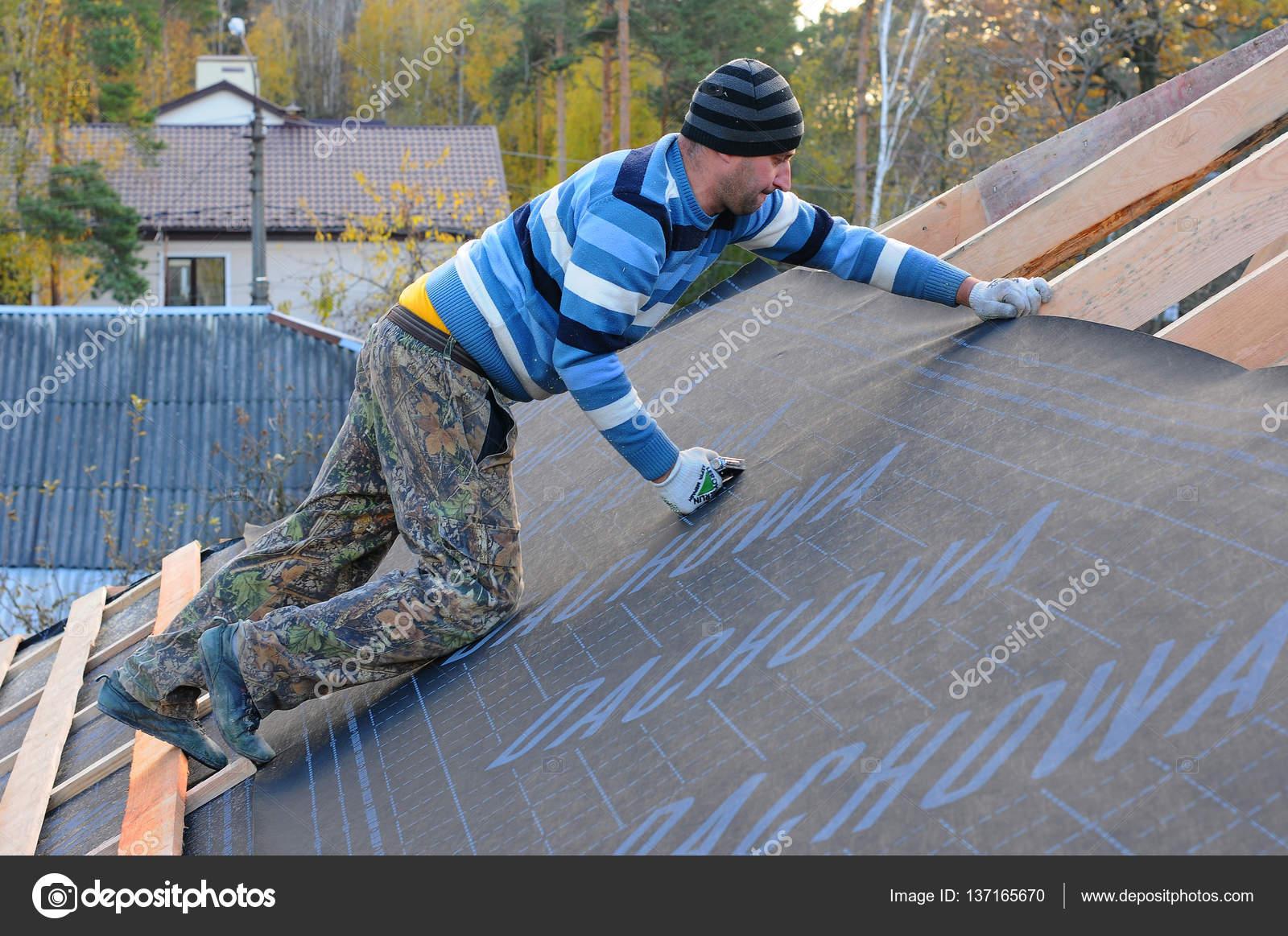 Bauarbeiter Wird Die Dampfsperre Auf Dem Dach Installiert Dach Im