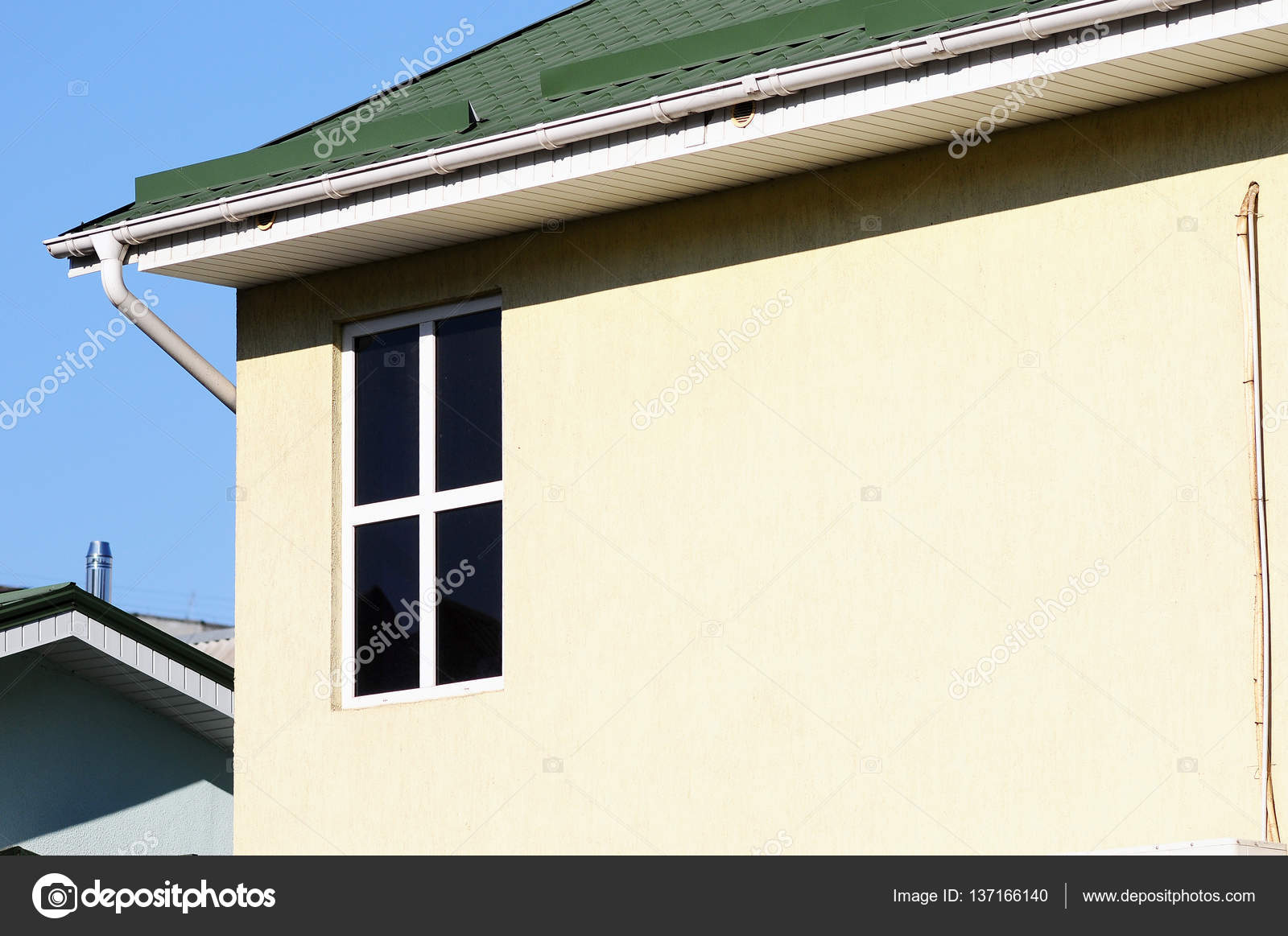 Grondaia bianca sul tetto della casa tetto in metallo for Piani di casa in metallo