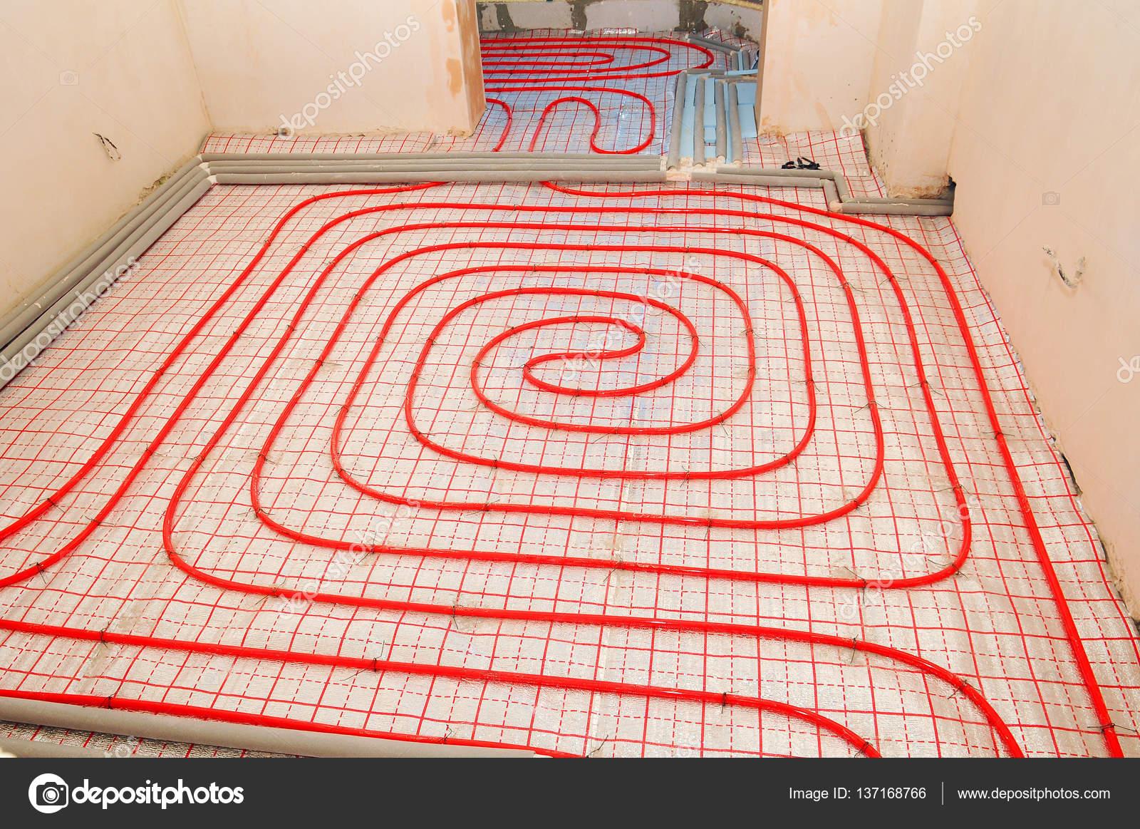 Instalación de calefacción por suelo radiante. Cerca de la planta de ...