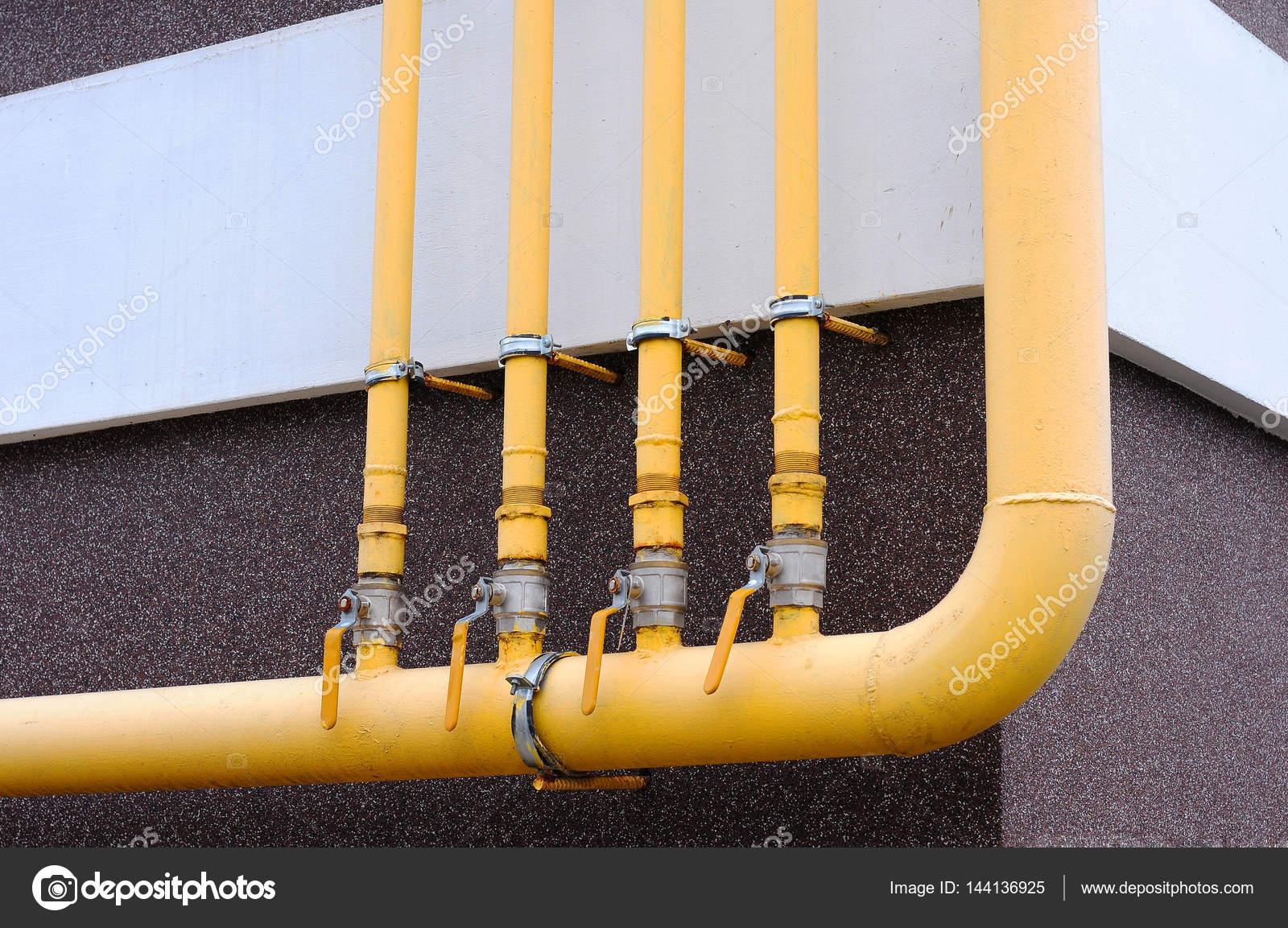 Tubo del gas. Tubo gas giallo con una gru e gear — Foto Stock