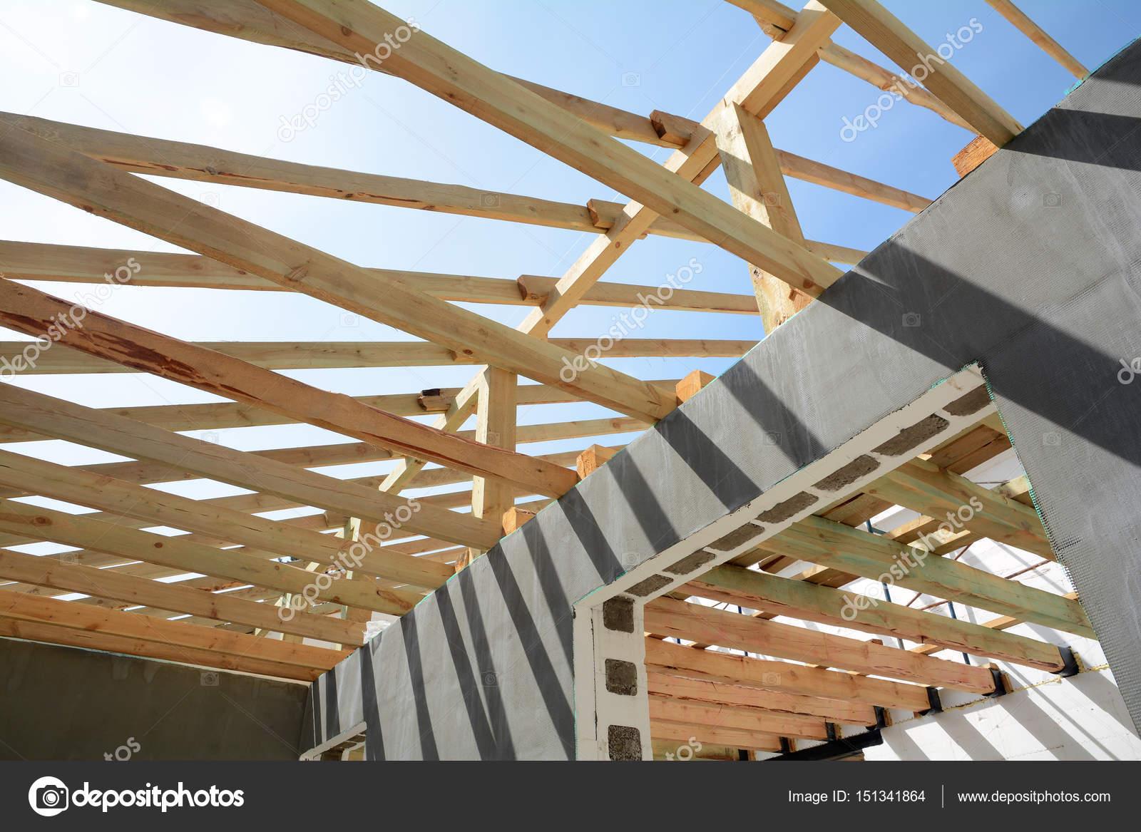La estructura de madera del edificio. Edificio de estructura de ...