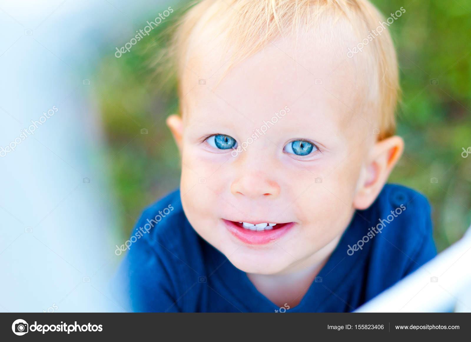Kleinkind Junge Mit Blauen Augen Baby Schaut In Die Kamera Die