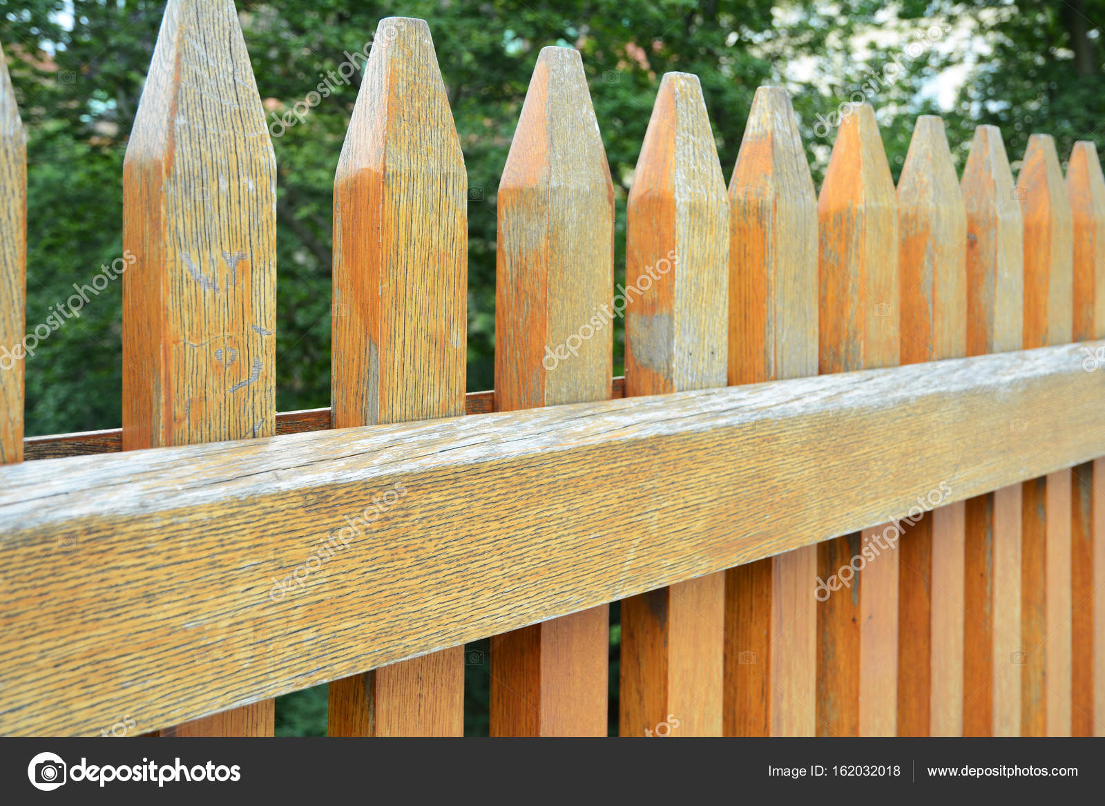 Houten Hekwerk Tuin : Houten hek rondom de tuin close up op houten hek u stockfoto