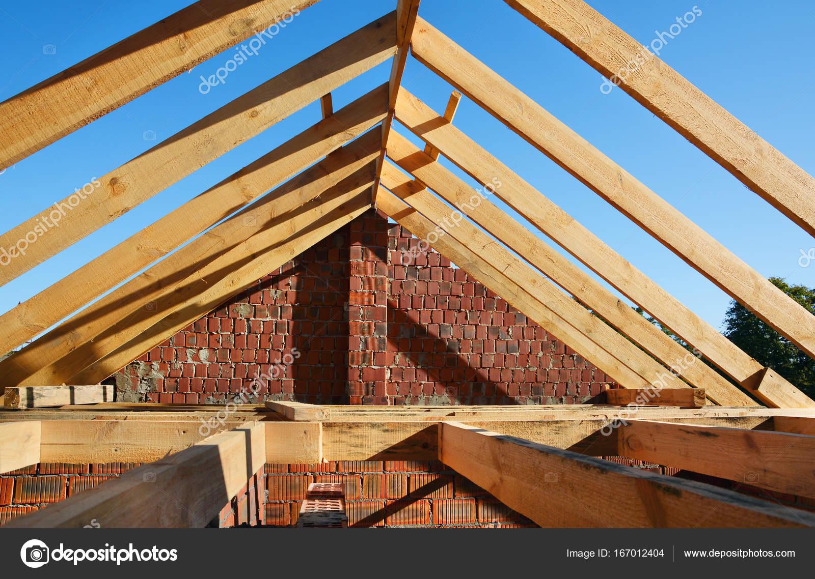 Hölzerne Dachkonstruktion. Unfertige Haus bauen. Installation von ...