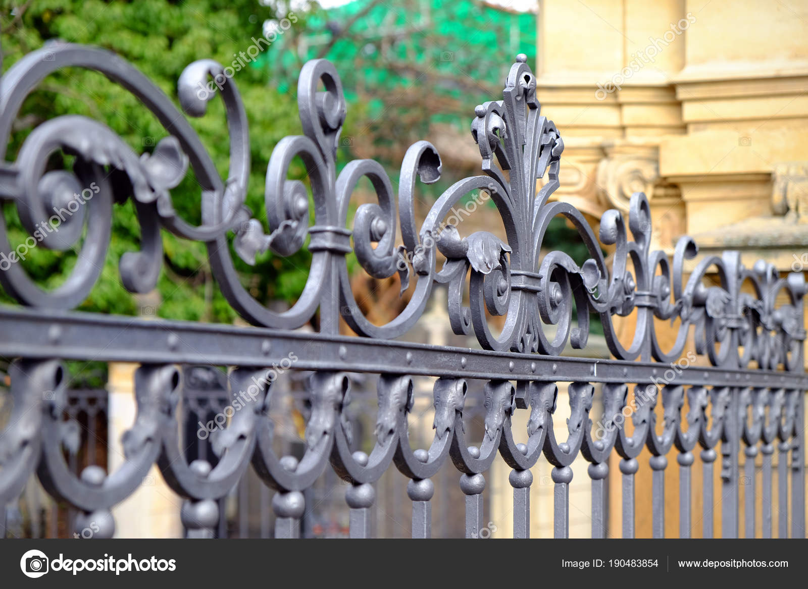 Mooie decoratieve gegoten metalen smeedijzeren hek met