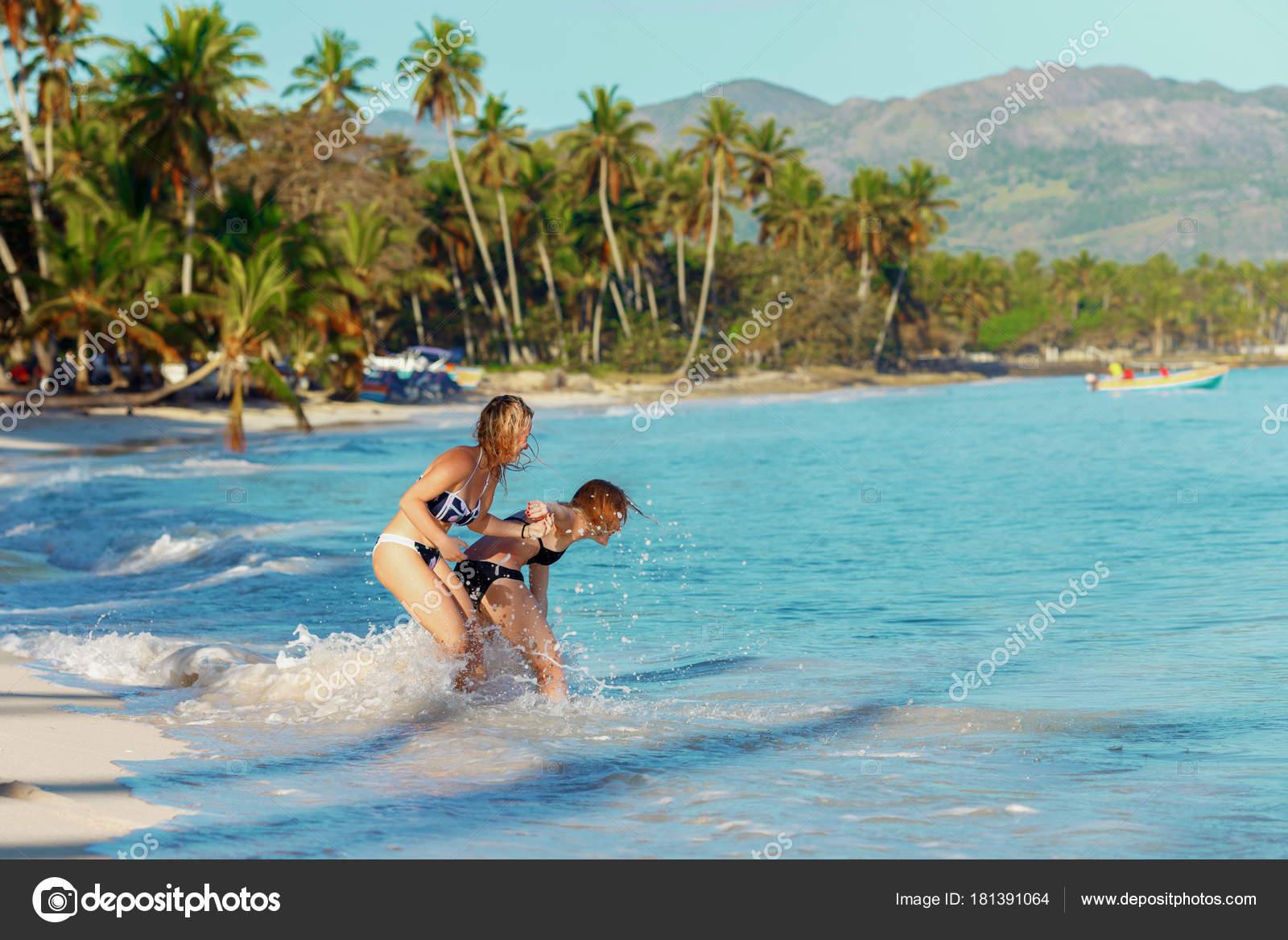 Молодые резвятся на пляже