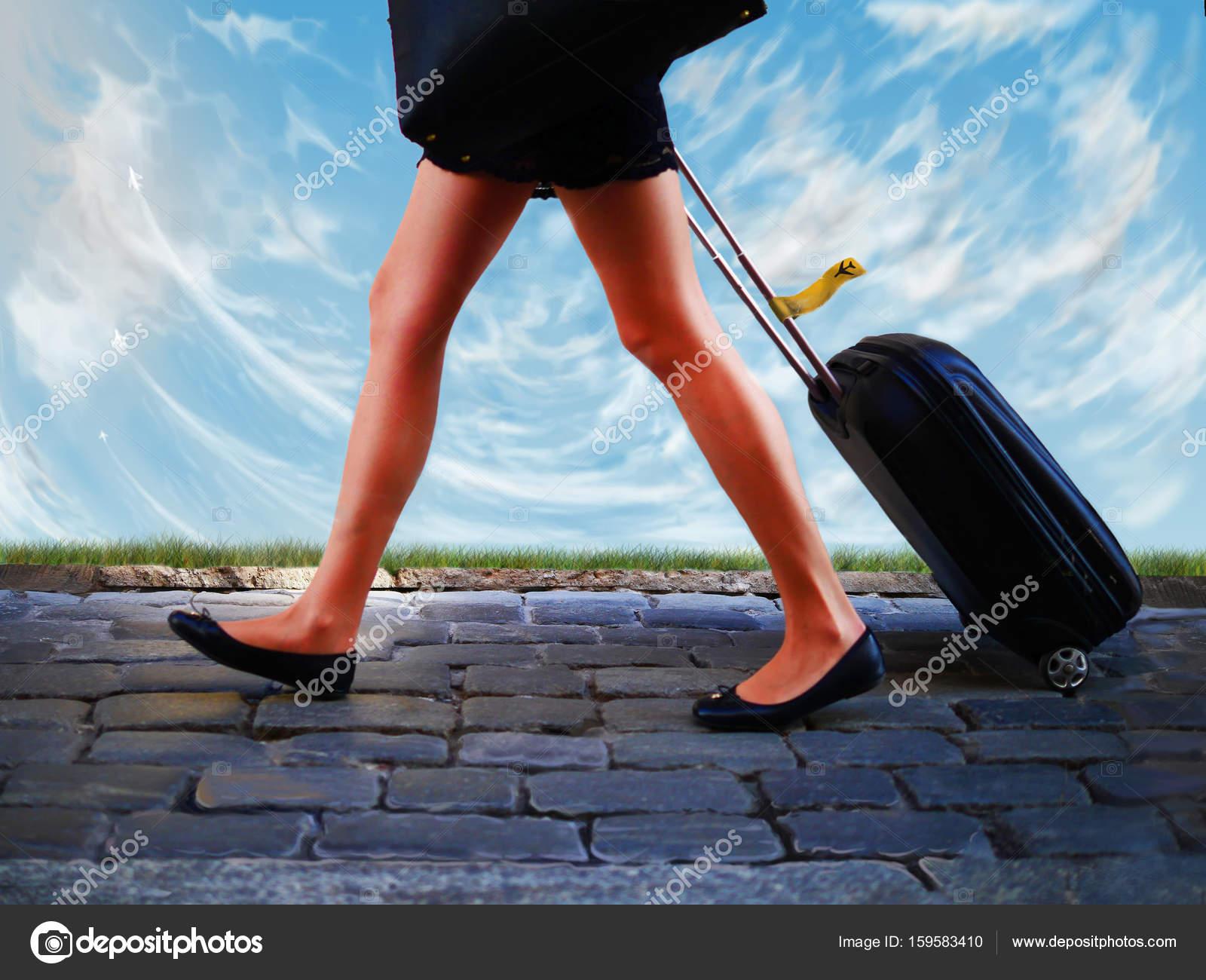 jambes de femmes valise voyage h tesse de l air h tesse de l air photographie sergetouch. Black Bedroom Furniture Sets. Home Design Ideas