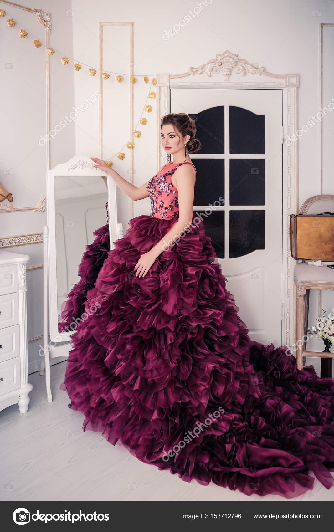 Sposa in abito da sposa viola — Foto Stock © Fotolit2  153712796 188939666d3