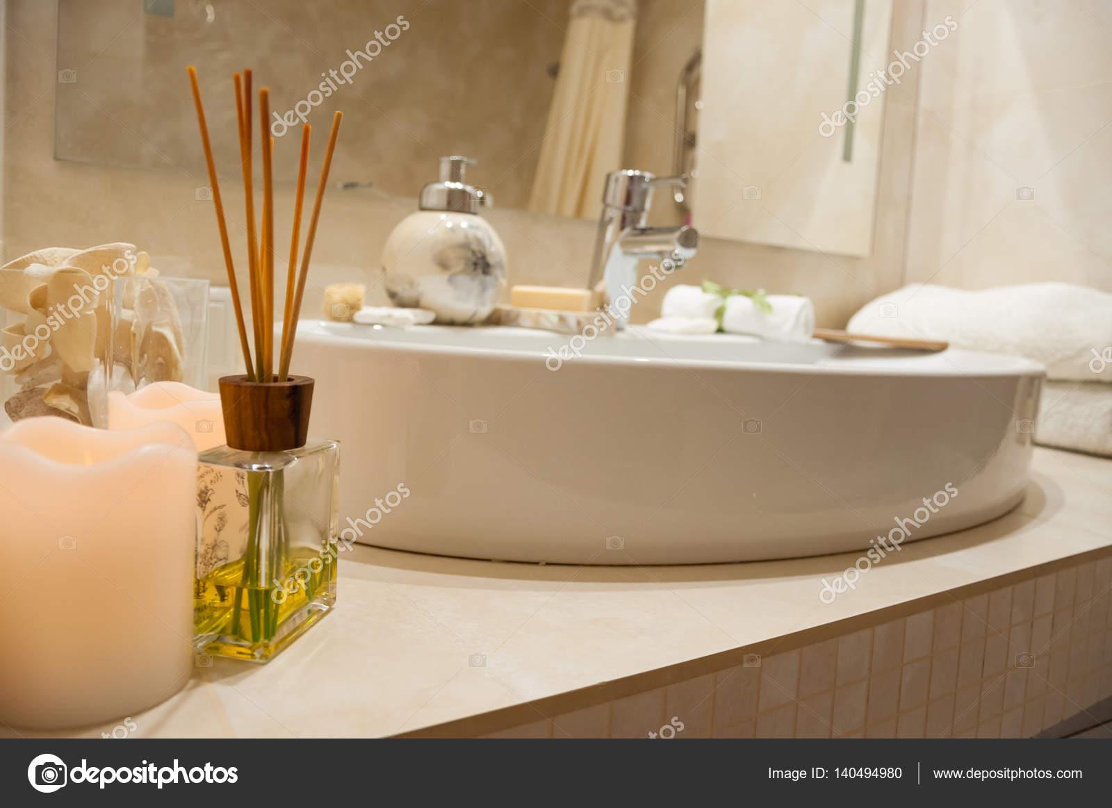 Luxe Badkamer Accessoires : Badkamer interieur met samenstelling van kuur met handdoeken