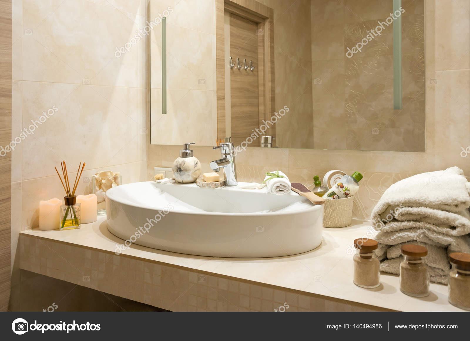 Badkamer interieur met samenstelling van kuur met handdoeken ...