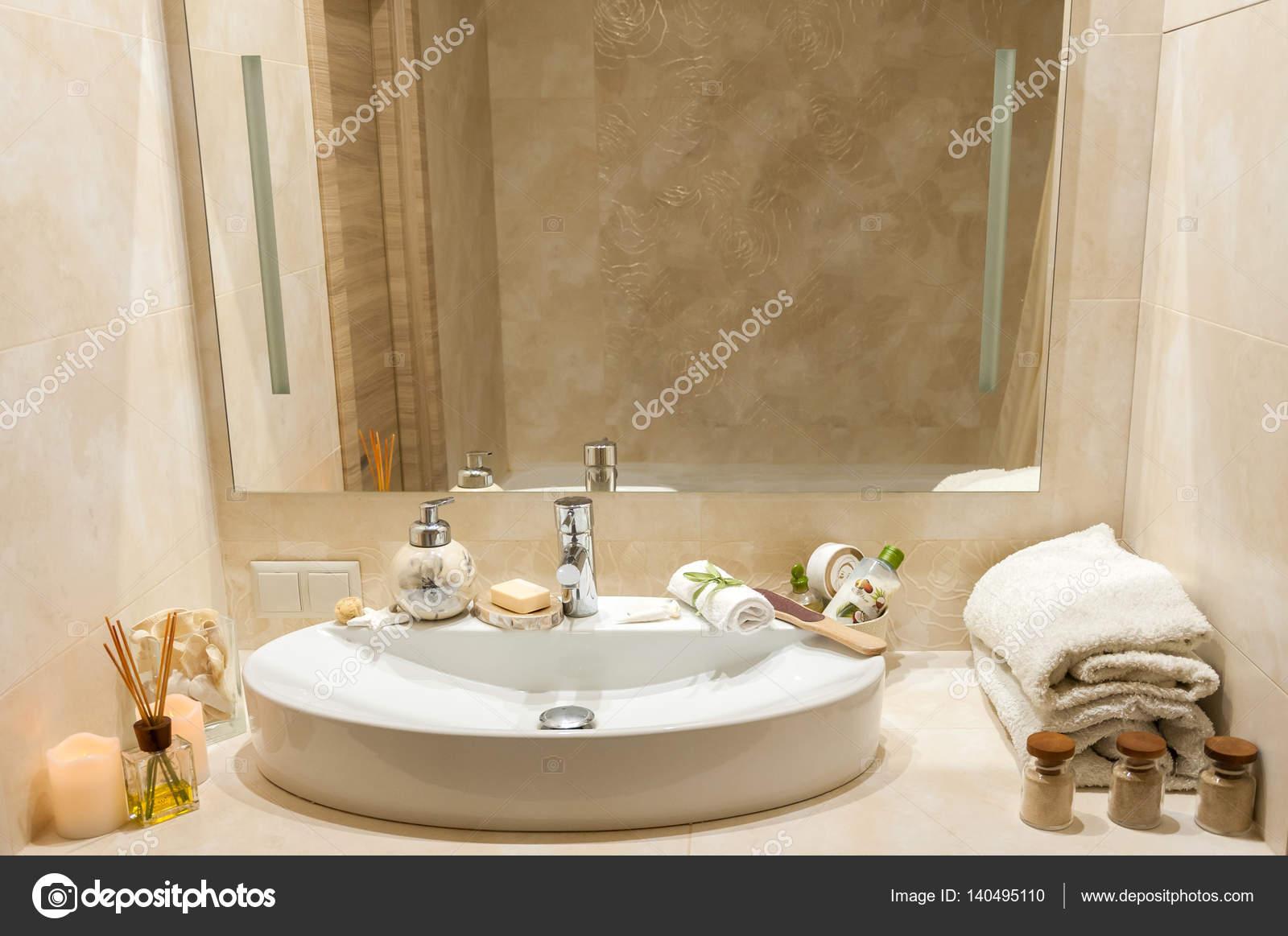 Badezimmer Einrichtung Mit Zusammensetzung Des Spa Behandlung Mit  Handtüchern, Kerzen Und Anderes Zubehör. Weißes Porzellan Waschbecken In  Luxus Badezimmer ...