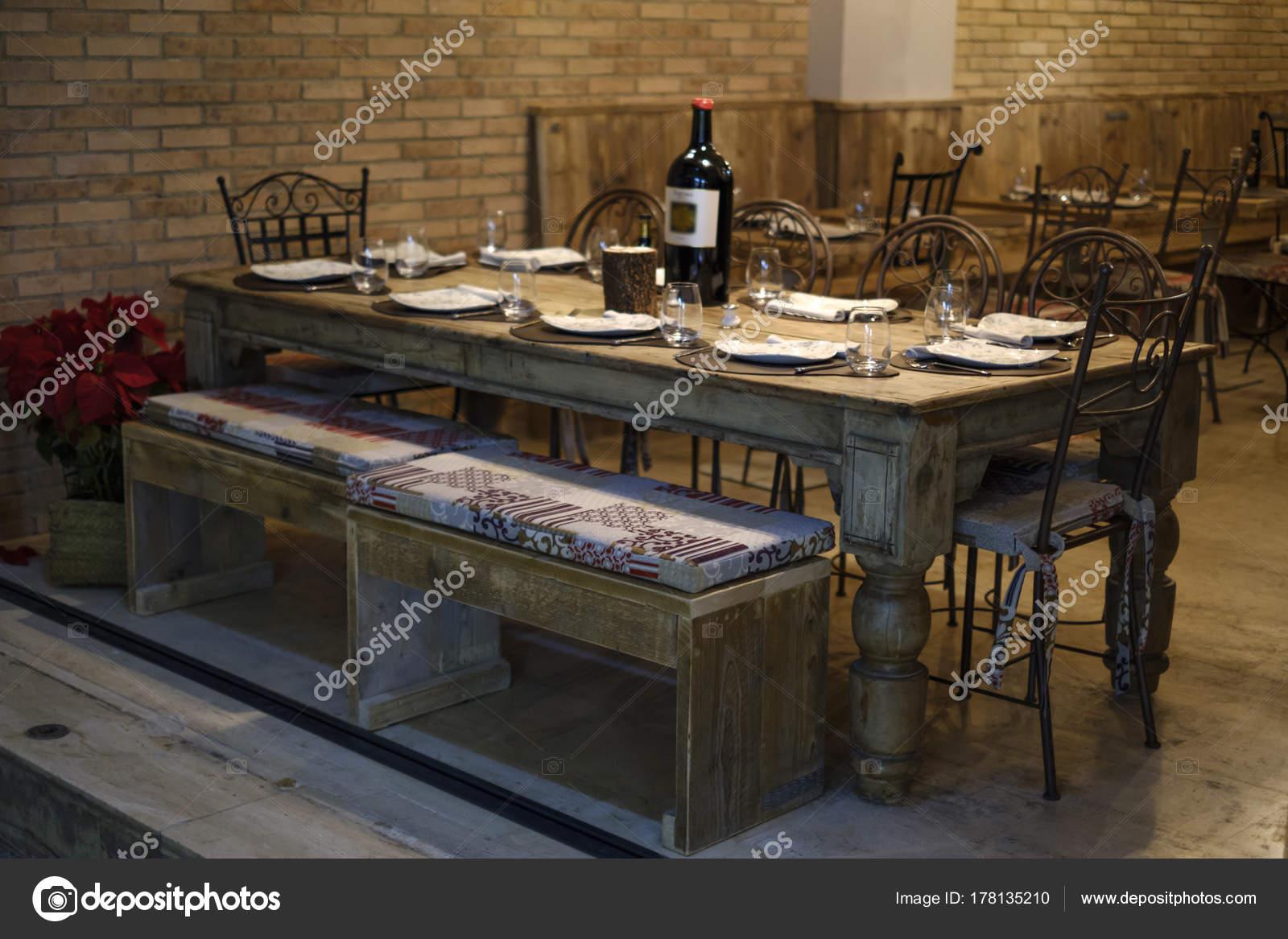 vecchio tavolo di legno massiccio in un ristorante — Foto Stock ...