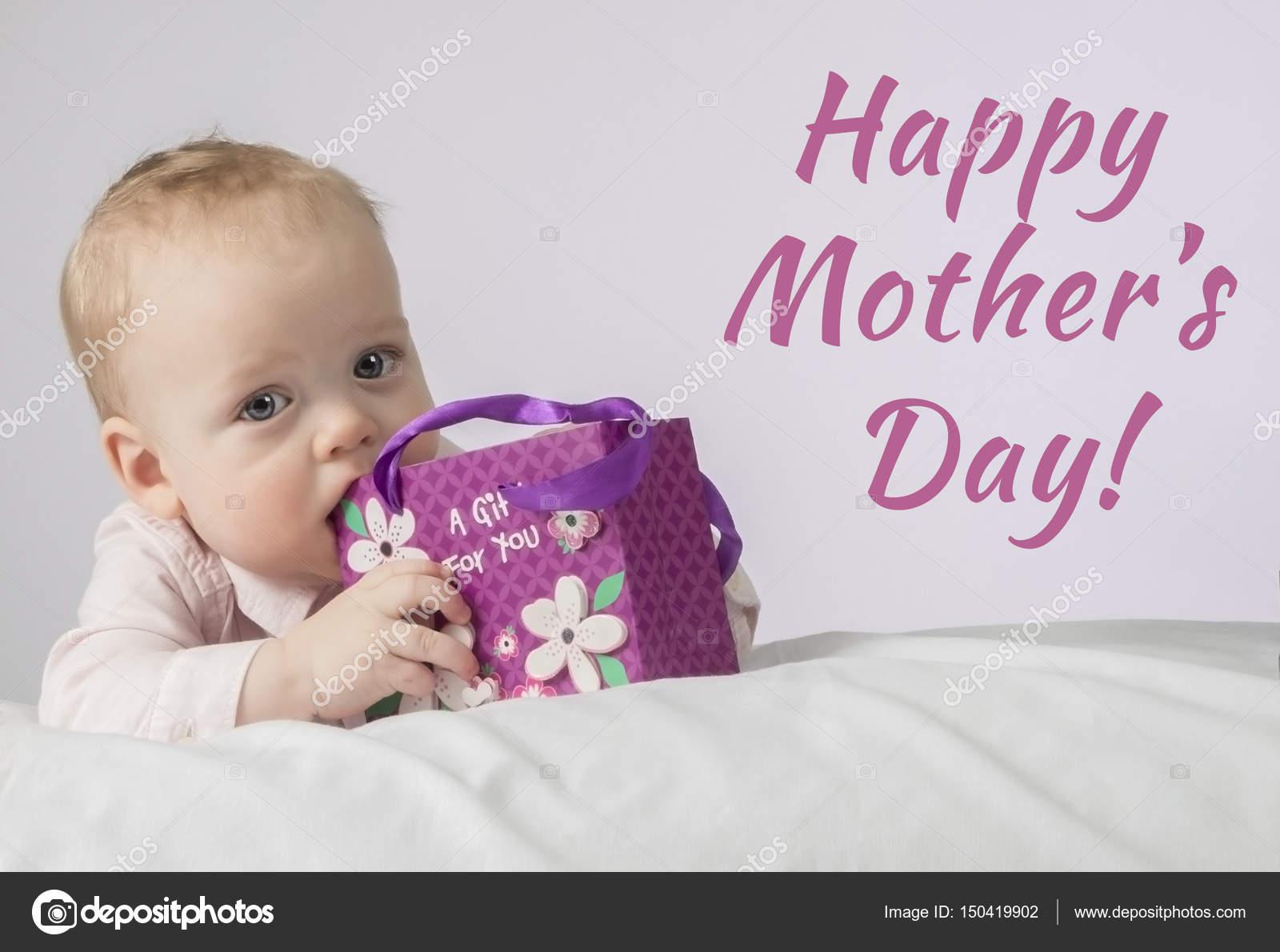 Glucklich Muttertag Susse 8 Monate Junge Mit Einem Geschenk In Der
