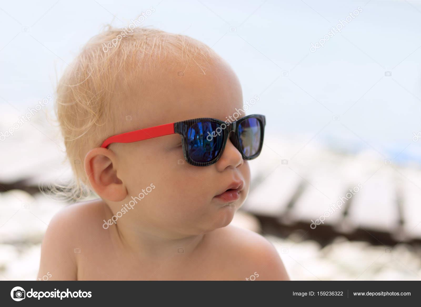 84d4a3fd0a Σοβαρή χαριτωμένο μικρό παιδί σε γυαλιά ηλίου στην παραλία — Εικόνα από ...