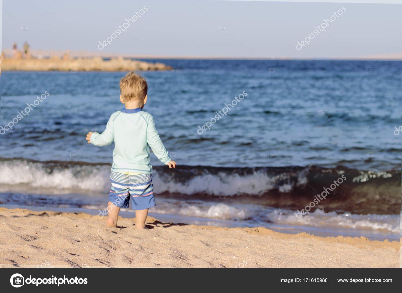Costumi Da Bagno Per Bambino : Vista posteriore del bambino in costume da bagno in esecuzione per