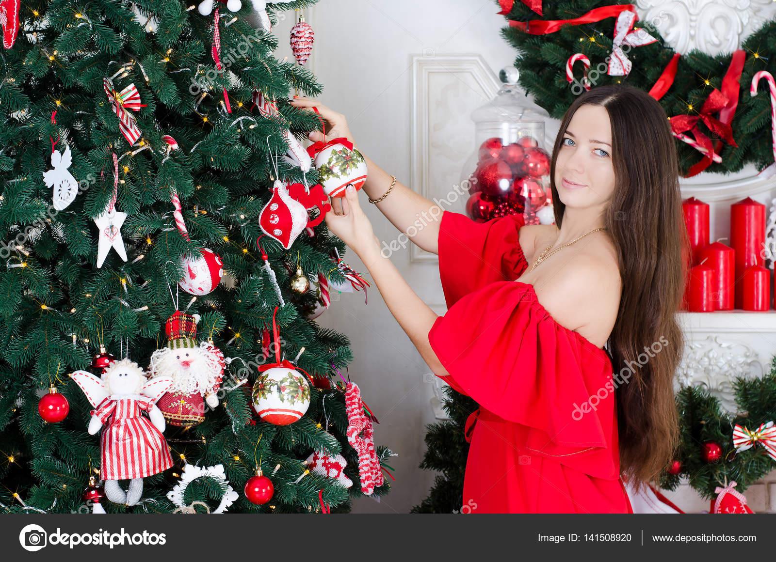 Wer Schmückt Den Weihnachtsbaum.Frau Schmückt Einen Weihnachtsbaum Stockfoto Seredalia 141508920