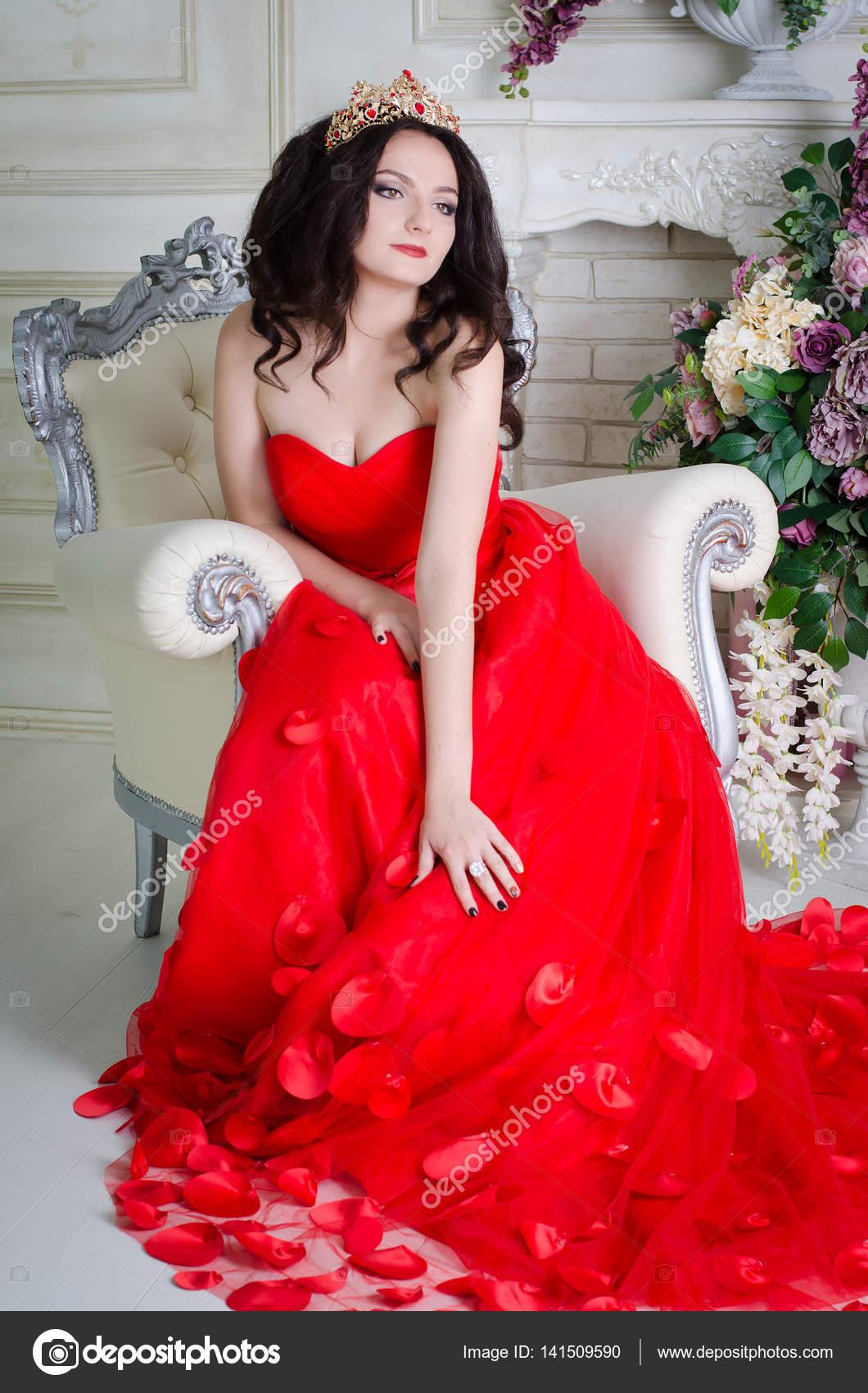 Caricatura de mujer con vestido rojo