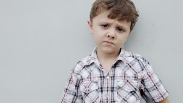 Portrét smutného chlapečka venku ve dne