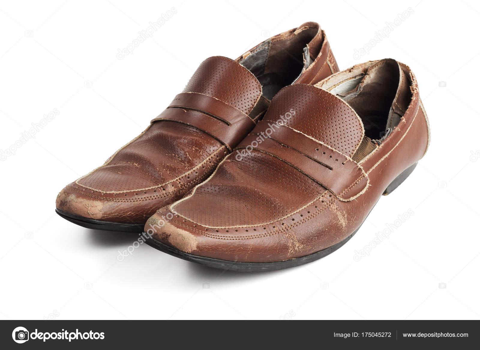 0438572ed2 Viejo par de zapatos de cuero marrón gastado y usado sobre fondo blanco —  Foto de ...