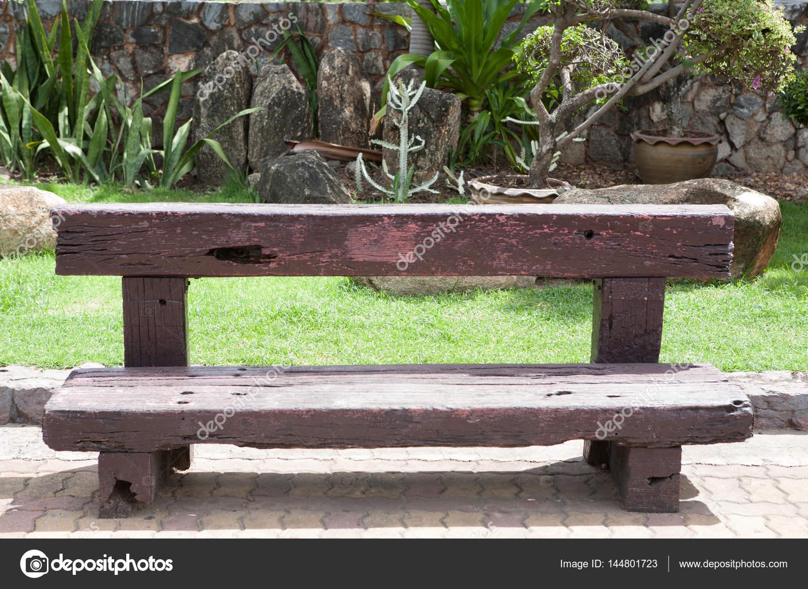 viejo banco de madera vintage de durmiente de ferrocarril — Foto de ...