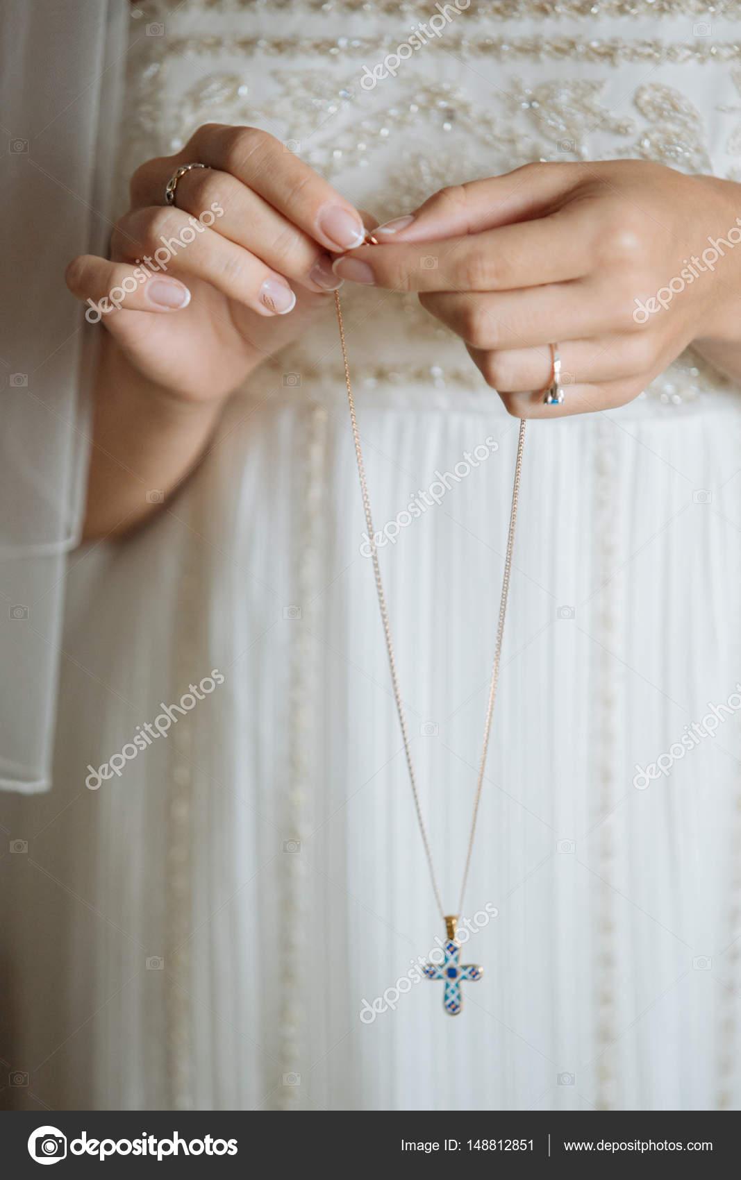 Braut-Holding-Kette mit Kreuz — Stockfoto © peterkarasev #148812851