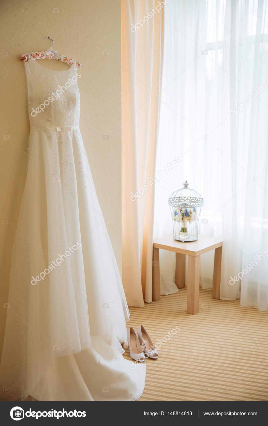 Hochzeitskleid und hochhackigen Schuhen — Stockfoto © peterkarasev ...