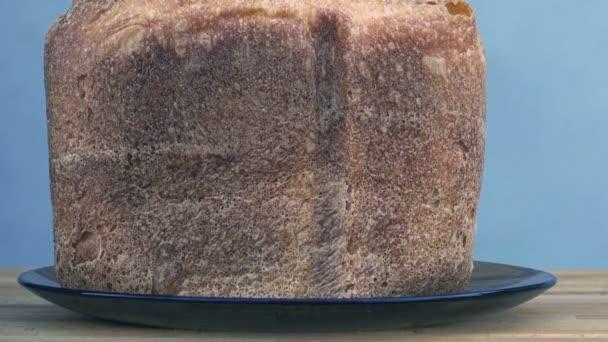 bochník chleba v talíř na stůl