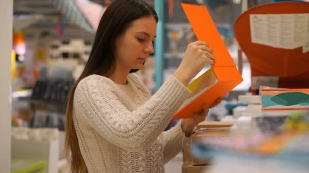 žena koupí krabici v úložišti