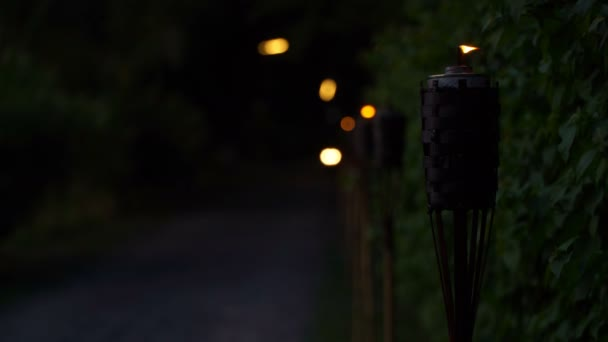 Taschenlampe beleuchtet die Straße, auf der eine Frau mit einem Moped unterwegs ist.