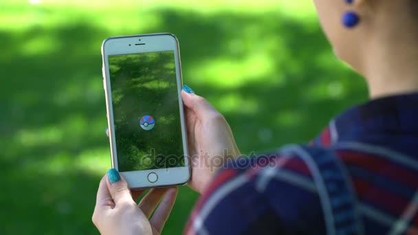 Samara, Rusko - 7 července 2017: hraní Pokémon žena jít na jeho iphone 6s plus. Pokemon jít multiplayerová hra s prvky rozšířené reality