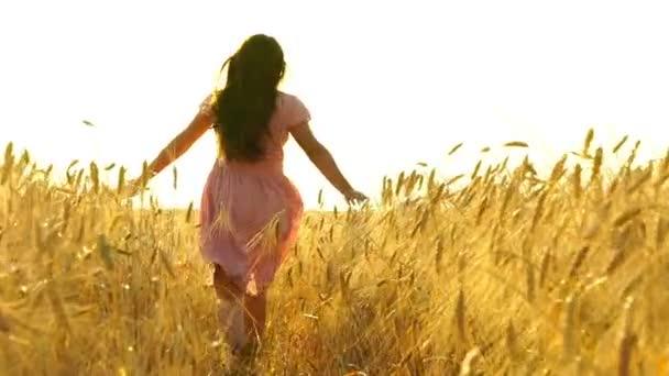 Hübsches Mädchen im Kleid rennt über das Feld.