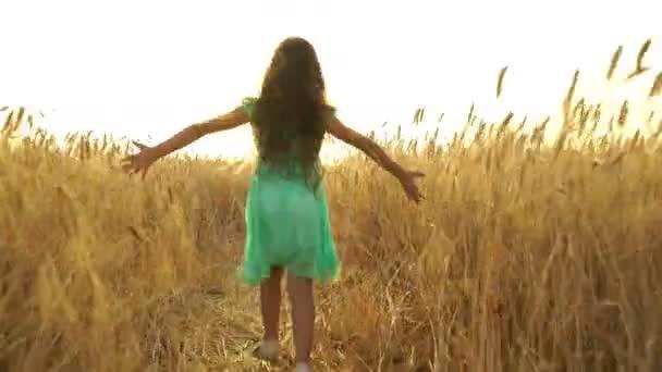 junges Mädchen im Kleid rennt über das Feld.