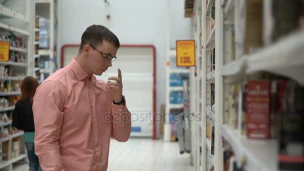 mladý kluk si koupí čaje v obchodě nebo supermarketu