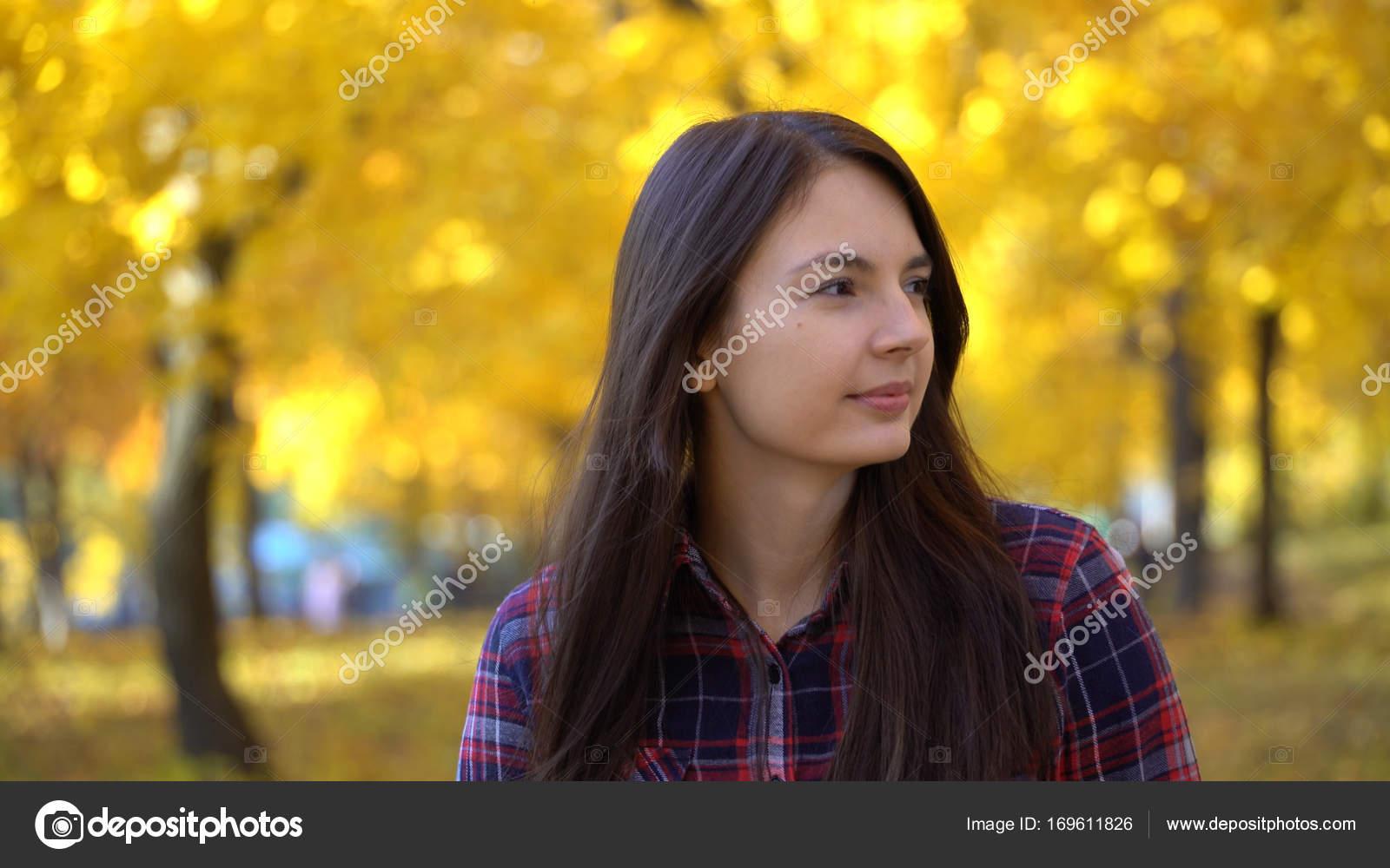 Совершеннолетняя девушка гуляет по парку