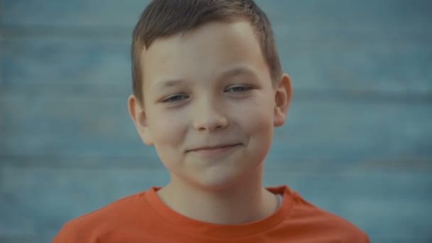 Portrét šťastných dětí s emocemi, při pohledu na fotoaparát