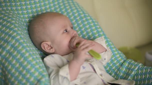 Zitstoel Voor Baby.Baby Zit Op De Stoel Van De Kinderen Moeder Voedt Het Kind Met