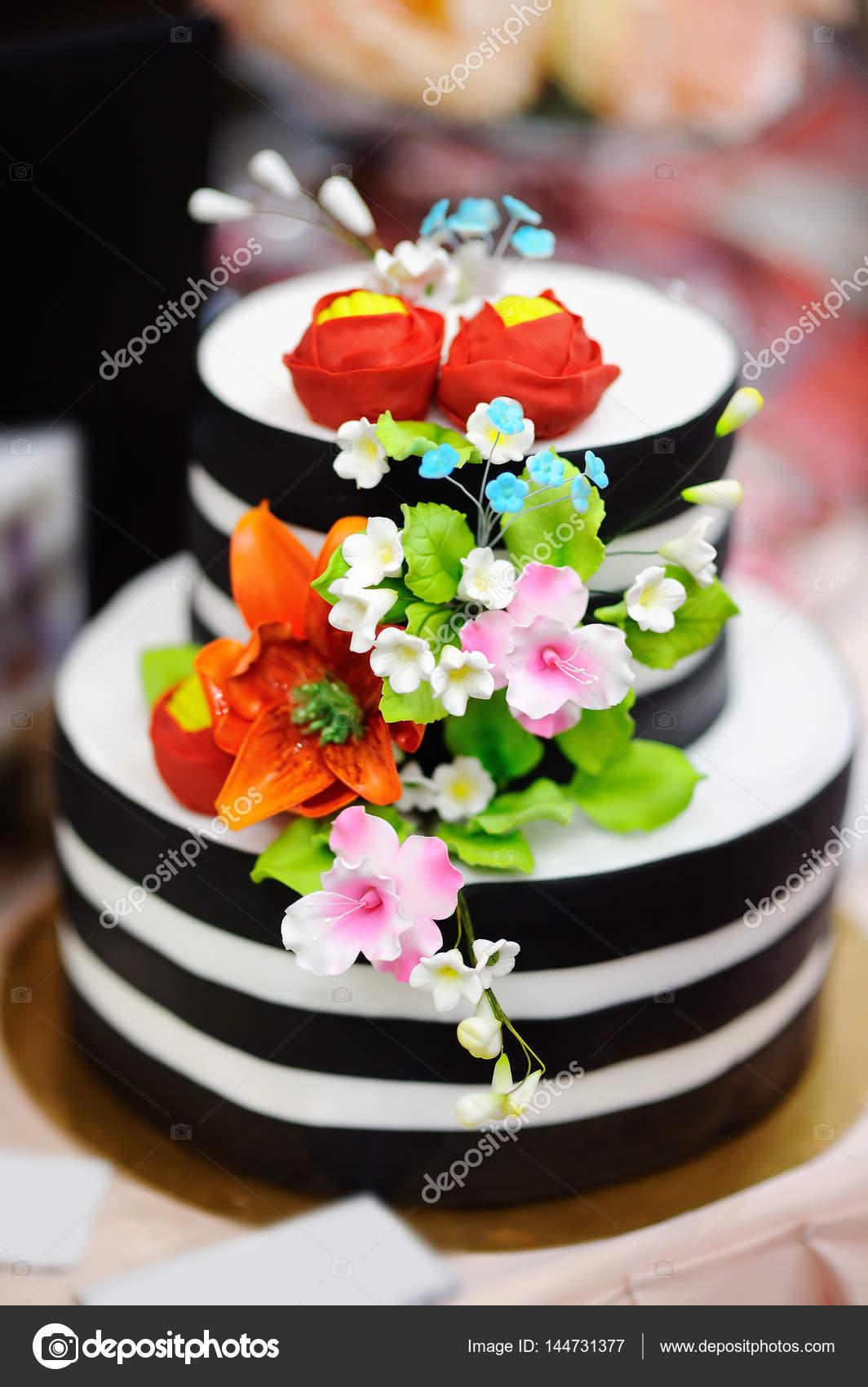 Gold Hochzeitstorte Dekoriert Mit Weissem Zucker Blumen Stockfoto
