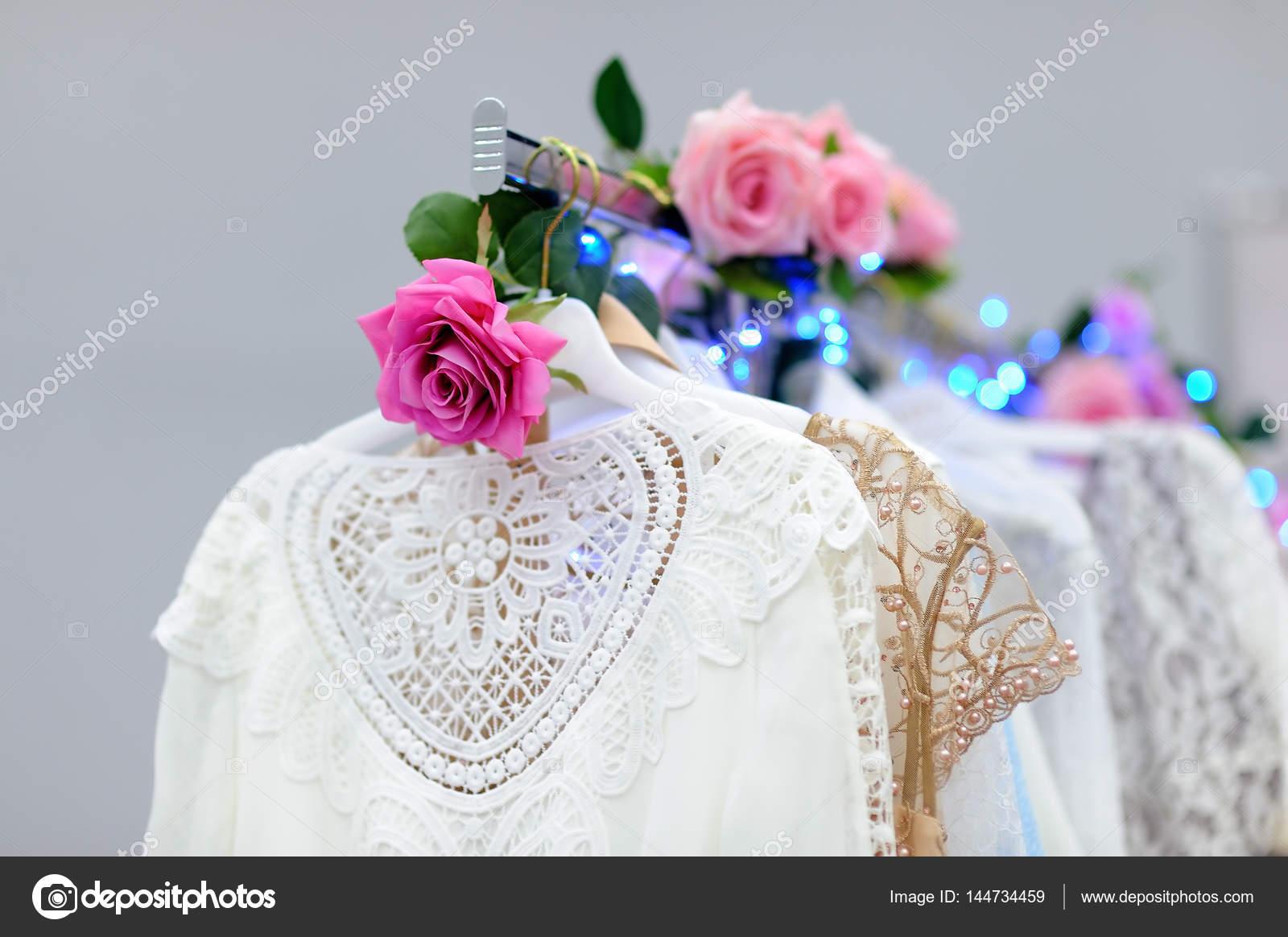 Schöne Braut oder Brautjungfer Kleider auf eine Schaufensterpuppe ...